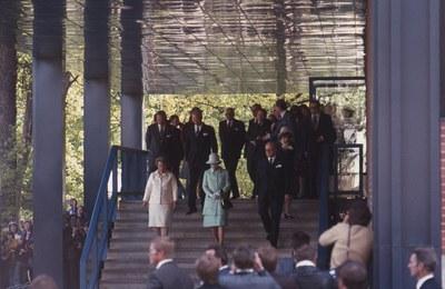 Kuningatar Elisabet II vieraili kirjastossa vuonna 1976. Vierailua emännöi ylikirjastonhoitaja Eeva-Maija Tammekann.